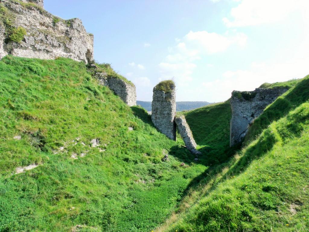 Incredibly thick walls make up Château d'Arqu es-la-Bataille ruin