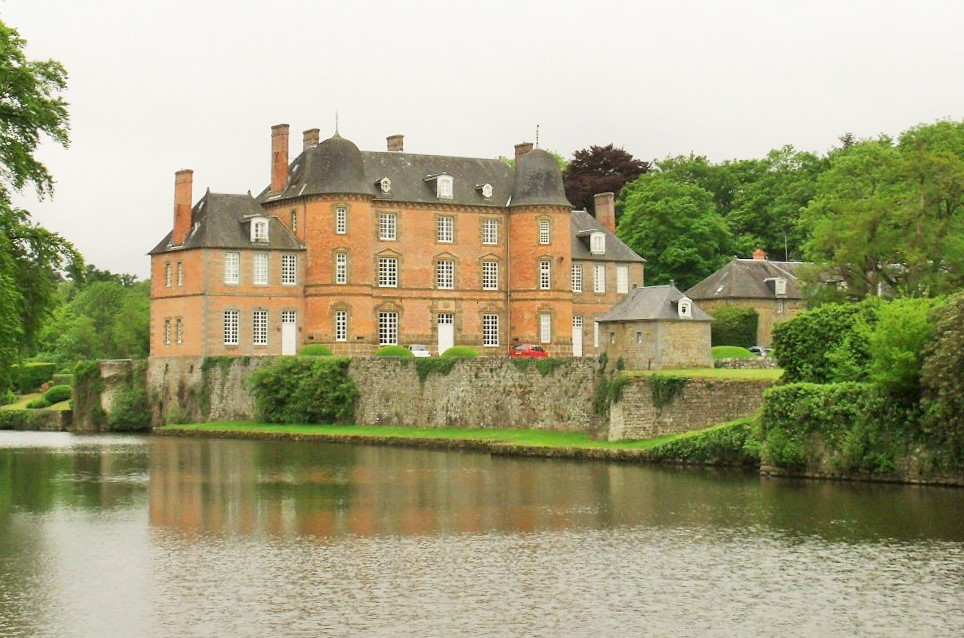 Le château de Couterne, in the Orne, Normandy and a top match.