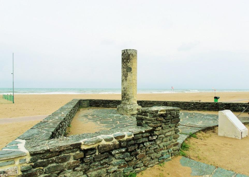 Match! Colonne de Guillaume le Conquerant - no longer on the cliffs by Dives-sur-Mer but on Houlgate beach!