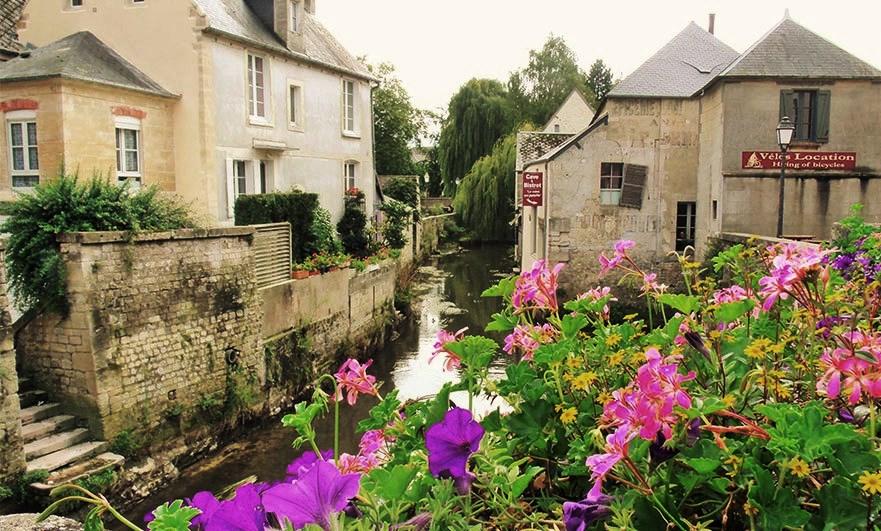 The river Aure runs through Bayeux