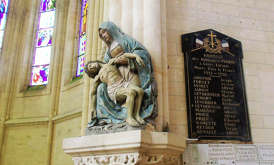 There are two rarepolychrome limestone statue in the church: aPietàand a statue ofsaint Rochof thexviithcentury, both classified as objects to thehistoric Monuments