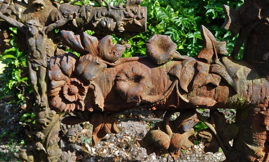 close-up-graveyard-eglise-d-notre-dame-breville-sur-mer