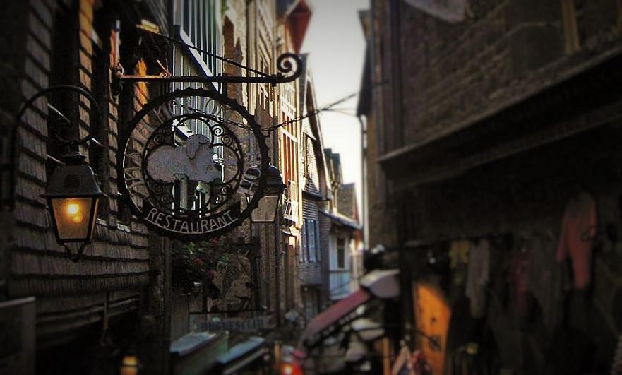 mont-saint-michel-hotel-narrow-street