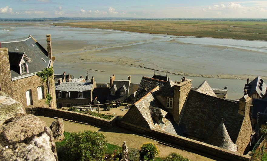 mont-saint-michel-roofs-over-to-the-estuary