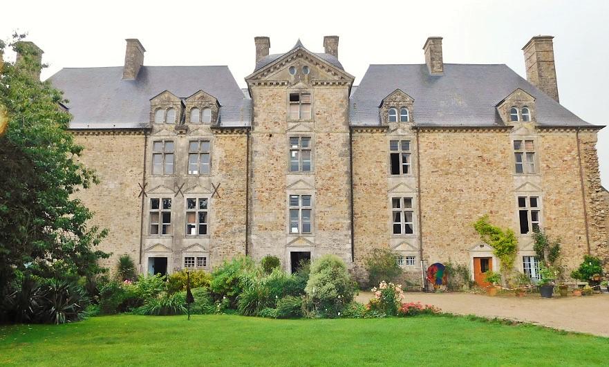 Chateau-de-Crosville-courtyard-facade