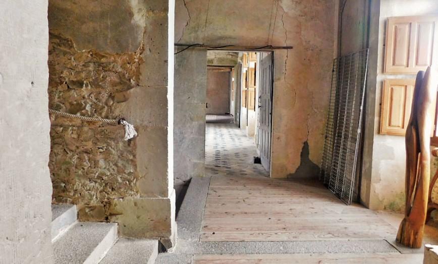 Chateau-de-Crosville-interior-corridor