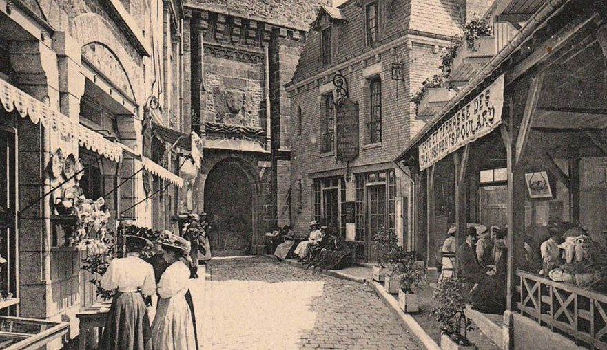 Vintage-postcard-La-Mere-Poulard-restaurants-on-Mont-Saint-Michel