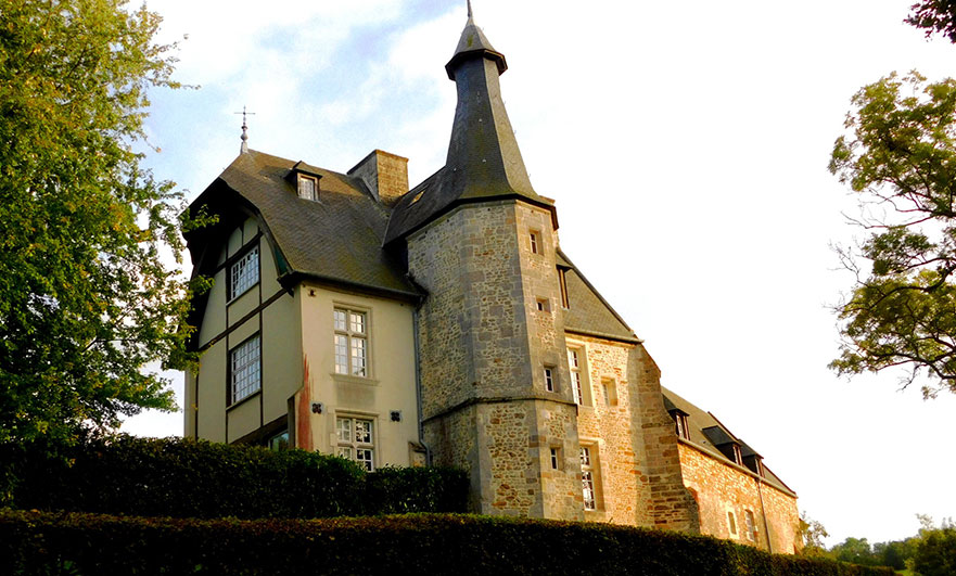 Le Vieux Chateau Le Renouard view from the lake