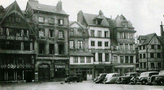 Vintage postcard La Couronne restaurant in Rouen